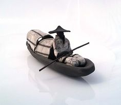 Cette sculpture en céramique raku blanche d' inspiration vietnamienne représente un pêcheur assis dans sa jonque. Cette création en raku s'intégrera facilement dans la décoration de votre intérieur. La cuisson raku est à l'origine du contraste entre les parties noires et les parties émaillées Les dimensions de cette création sont : Longueur : 23 cm Hauteur : 10 cm Photo non contractuelle : chaque pièce est unique, nous avons plusieurs modèles à l' atelier qui peuvent être ...