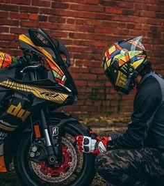 - Bild könnte enthalten: eine oder mehrere Personen, Motorrad und im Freien Valentino Rossi ( Yamaha Bikes, Kawasaki Motorcycles, Yamaha R1, Motorcycle Dirt Bike, Moto Bike, Racing Bike, Motorcycle Shop, Biker Photoshoot, Duke Bike