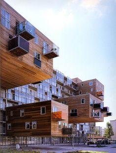 """Commandité par """"the Het Oosten Housing Association"""", WoZoCo – construit entre 1994 et 1997 – est un immeuble de 100 logements pour des personnes de plus de 55 ans. Il se trouve à """"Ookmeerweg street"""" à Amsterdam-Osdorp, une cite jardin à l'ouest   d'Amsterdam construite entre1950 et 1960. Le projet a été conçu par l'agence MVRDV"""