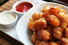 Beer Battered Cheese Curds - What better time to indulge in beer battered golden brown glory than football season? Cheesy Recipes, Beer Recipes, Milk Recipes, Cooking Recipes, Cheese Curds, Cheese Fries, Fried Cheese, Appetizer Recipes, Appetizers