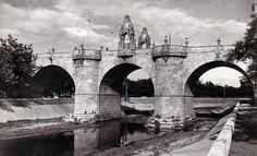 Puente de Toledo - Portal Fuenterrebollo Mercado Madrid, Foto Madrid, Covered Bridges, Old Pictures, Brooklyn Bridge, Spain, Black And White, San Bernardo, Travel
