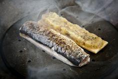 La combustión de los huesos de aceituna para ahumar piezas como la sardina.