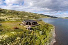 (4) FINN – Godt vedlikeholdt og ferdig møblert hytte med unik beliggenhet ved Orkelsjøen. Naust og båt medfølger.