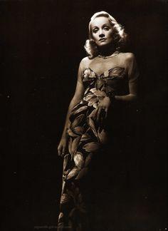 Marlene Dietrich fotografiada por Scotty Welbourne, 1943