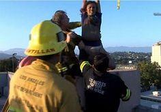 31-May-2015 12:58 - BRANDWEER REDT VROUW UIT 9 METER DIEPE SCHOORSTEEN. Een spectaculaire reddingsoperatie gisterenavond in Los Angelos. Brandweermannen redden een vrouw uit een schoorsteen van een schoolgebouw. De…...