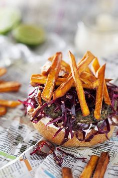 Lentil Burger with Sweet Potato Fries, lime mayo & red cabbage salad. (in German w/ link to English) Chili Burger, Lentil Burgers, Burger And Fries, Vegan Burgers, Wrap Recipes, Side Recipes, Red Cabbage Salad, Veggie Patties, Legumes Recipe