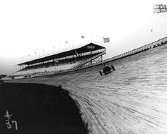 This was the board track, Kansas City Speedway. The opener in 1922 was won by Tommy Milton at an average of 107 mph. On lap Rosco Sarles crashed fatally. The facility was closed three years later Indy Car Racing, Indy Cars, Vintage Race Car, Vintage Auto, Dirt Track, Kansas City, Race Cars, Race Tracks, Dale Earnhardt
