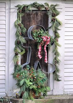 Browse holiday and seasonal decoration designs and ideas for your home. Get a new Christmas decor look with these fabulous Outdoor Christmas Decorations for a Holiday Spirit. Christmas Porch, Christmas Gingerbread, Noel Christmas, Primitive Christmas, Rustic Christmas, All Things Christmas, Winter Christmas, Christmas Wreaths, Christmas Crafts