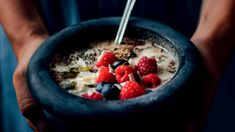 O tom, že vydatná zdravá snídaně by měla být základem každého dne, se dobře ví. Pokud vám chybí inspirace, zkuste tuto výtečnou kaši z nové kuchařky Cukrfree. Gordon Ramsay, Acai Bowl, Oatmeal, Low Carb, Fresh, Breakfast, Food, Kuchen, Essen