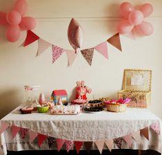 Festa de criança com decoração simples e de muito bom gosto, com participação especial da Peppa Pig.