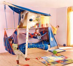 Esta cama de Haba es un auténtico parque de juegos dentro de la casa! Aquí los niños se divierten escalando, bajando por la cuerda, leyendo en la parte superior o columpiándose. Hay también los que prefieren simplemente relajarse tumbándose en la hamaca. No hay duda que esta cama está llena de espacios y sorpresas.