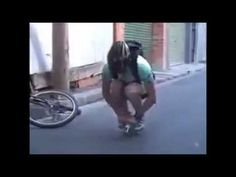 這個人騎腳踏車的技術實在是太厲害了!