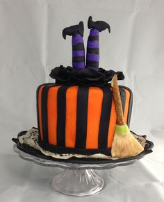 halloween cakes Halloween witch cake - Fondant and gumpaste Halloween Desserts, Halloween Cupcakes, Bolo Halloween, Pasteles Halloween, Halloween Birthday Cakes, Halloween Food For Party, Halloween Treats, Spooky Treats, Holidays Halloween