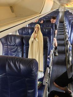 la virgen maria pasea en avión
