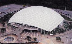 """La idea de crear el Poliedro de Caracas fue proyectada en el año 1971 y fue el arquitecto Jimmy Alcock, quien en colaboración con sus colegas Héctor Hermidas y Roberto Andrade, presenta el proyecto inicial de construcción de ésta importante obra arquitectónica. Concebido inicialmente como """"Domo Geodésico de la Rinconada"""", su estructura principal es precisamente una cúpula geodésica,"""