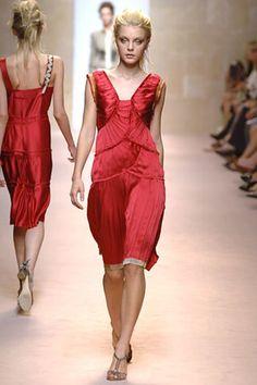 Alberta Ferretti Spring 2006 Ready-to-Wear Collection - Vogue Jessica Stam, Alberta Ferretti, Fashion Show, Fashion Design, Modern Luxury, Ready To Wear, Runway, Vogue, Celebs