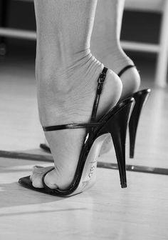 Risultati immagini per pantyhose feet heels Hot Heels, Sexy High Heels, High Heel Pumps, Beautiful High Heels, Sexy Legs And Heels, Gorgeous Feet, Strappy Heels, High Heel Boots, Stiletto Heels