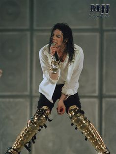 Michael Jackson HIStory concert attire: White shirt, white long sleeve open shirt and black jeans. Include gold knee and sheen covers Michael Jackson History Tour, Michael Jackson Live, Jackson 5, Paris Jackson, Mjj Pictures, Celebrity Deaths, King Of Music, Juni, Thriller