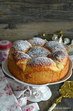 """¡Buenos días! Ya estoy de nuevo por aquí, y ahora sí, ya de """"cuerpo presente"""" Se han acabado las vacaciones, volvemos a la normalidad y a la rutina de siempre. Toca ponerse al día, guardar todo lo de verano y empezar con ganas el otoño, una de mis estaciones favoritas. Aunque ya llevo... Donuts, Yummy Treats, Yummy Food, Plum Cake, Our Daily Bread, Artisan Bread, Dessert Recipes, Desserts, Sweet Bread"""