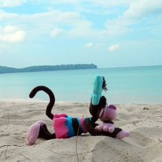 Crochet Monkey on the beach. Cool amigurumi trip. Funny travelling. Amigurumi inspiration