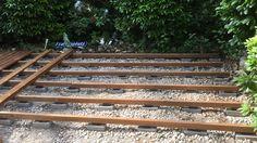 Auf die Pflasterstene mit Dämpfung werden die Unterkonstruktionsbohlen verlegt