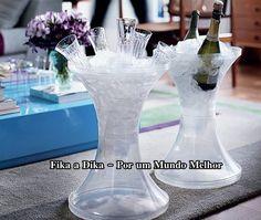 O banquinho de plástico pode ajudar na hora da festa.