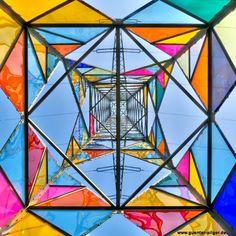 ドイツのクラッセ・ロバート(Klasse Löbbert) は、鉄塔の隙間の三角形を教会のステンドグラスのように、アクリル・グラスで埋めました