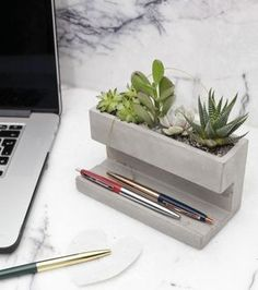 Concrete Desktop Planter by Kikkerland Design! Head to for more amazing projects! Cement Art, Cement Planters, Concrete Art, Concrete Design, Concrete Color, Concrete Crafts, Concrete Projects, Hammock Swing Chair, Concrete Furniture