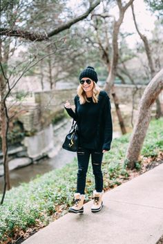 There's something about wearing all black when it's cold that makes me feel cozy. This black fringe sweater with my new Sorel boots are a cozy combination! Winter Outfits 2019, Casual Winter Outfits, Snow Dress, Wearing All Black, Fringe Sweater, Boating Outfit, Winter Leggings, Cold Weather Outfits, Ripped Skinny Jeans
