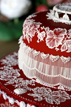 Gorgeous stringwork and brush embroidery on this wedding cake by lilia