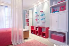 quarto de menina rosa, azul e vermelho