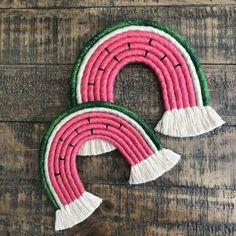 Embroidery Floss Crafts, Embroidery Art, Macrame Wall Hanging Patterns, Macrame Patterns, Rainbow Decorations, Handmade Decorations, Diy Macrame Earrings, Bohemian Crafts, Rainbow Nursery Decor