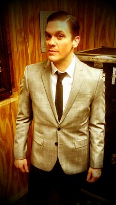 Oh my god. He's in formal wear. SOOOO ATRACTIVE.