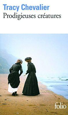 Dans les années1810, à Lyme Regis, sur la côte du Dorset battue par les vents, Mary Anning découvre ses premiers fossiles et se passionne pour ces «prodigieuses créatures» dont l'existence remet en question toutes les théories sur la création du monde.  Très vite, la jeune fille issue d'un milieu modeste se heurte aux préjugés de la communauté scientifique, exclusivement composée d'hommes, qui la cantonne dans un rôle de figuration.  Mary Anning trouve heureusement en Elizabeth Philpot…