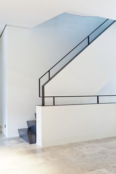 Gestucte balustrade met stalen rand en trapleuning