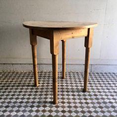 アンティークオールドパインのラウンドテーブル|大きな丸天板のラウンドテーブルです!760サイズなので二人用のテーブルとしても十分な大きさですね。パインの状態は虫食いもなく非常に良いです。カフェテーブルやビストロテーブルとしても活躍してくれそうですね。