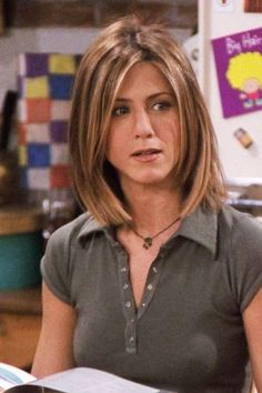 These Famous Rachel Green Haircuts Became Today's Top Hair Trends Thanks to the Jennifer Aniston for predicting top trending haircuts in her famous Friends TV show! Rachel Green Hair, Rachel Green Outfits, Hair Styles 2016, Medium Hair Styles, Short Hair Styles, Medium Fine Hair, Rachel Friends Cabelo, Rachel Haircut Friends, Jennifer Aniston Haar