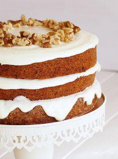 """Volvemos a incluir hortalizas en nuestras creaciones más dulces. En este caso, el ingrediente estrella: la zanahoria. Y para que veáis que podemos mimar nuestros paladares y estómagos, no sólo sin remordimientos, sino también sin necesidad de tener que esperar a un acontecimiento señalado, he vuelto a la composición tipolayer cakecon esta ya clásica tarta de zanahoria (o carrot cake) """"al desnudo""""."""