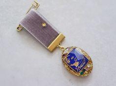 東欧の古いハットピンパーツを樹脂に閉じ込めましたベルベットリボンに一粒のアンティークグラスパーツを縫い付け、勲章ブローチをつくりました。アンティーク真鍮ピン ...|ハンドメイド、手作り、手仕事品の通販・販売・購入ならCreema。 Key Jewelry, Funky Jewelry, Modern Jewelry, Beaded Jewelry, Handmade Jewelry, Jewelry Making, Textile Jewelry, Fabric Jewelry, Denim Bracelet