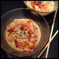 Soupe de gambas, crème de coco et nouilles chinoises