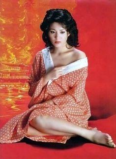 松坂慶子の若い時の美しさは別格であった。 吉永小百合よりも上だという評がある。 まず顔自体が華のある造形美を演出している。 そしてスタイル、プロポーションが抜群である。 なお、彼女には韓国人の血が入っているが、着物も似合った。 次の画像は気品ある(あるいは典雅な)色気を感じさせます。 また、どこかエキゾチックです。