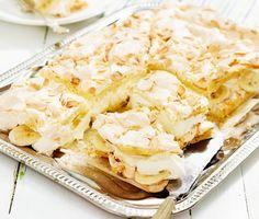 Pinocchiotårta är en klassisk marängtårta med sockerkaksbotten som även kallas för brittatårta, glömmingetårta och herrgårdstårta. Du bakar marängen i en långpanna och fyller den med grädde och lite vad du vill. Här är pinocchiotårtan fylld med vispad grädde och skivad frukt och bär.