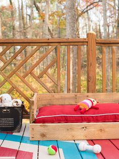 How to Make a Wood Pallet Dog Bed : Decorating : Home Garden Television @Mary Hollowell