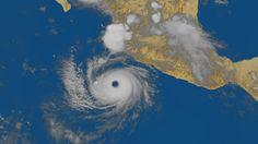 """Dans l'œil de DORA  (21/07/2011 à 04h13 UTC – satellite METOP-A)  Le cyclone DORA est passé en catégorie 4. Ses vents les plus forts dépassent 250 km/h et la pression estimée en son centre est de 942 hectoPascals. Ce centre se caractérise d'ailleurs par un œil très visible. Crédits """" Centre de météorologie spatiale de Météo-France """""""