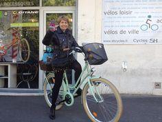 Isabelle Blum, trop fière de son vélo vert, vintage ...Le bonheur de bosser à Montpellier en vélo ! Sous peu, le scooter sera à la une