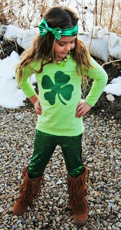 Girl's St Patrick's Day green clover sequin outfit for infant girls, toddler girls, and girls to size 8/9 years. . top and bottoms only. *************Accessories are sold separately!**************** Matching headband https://www.etsy.com/listing/264716102/st-patricks-day-green-knotted-headband Matching Shamrock Necklace https://www.etsy.com/listing/265205971/st-patricks-day-necklace-green-w These outfits run TRUE TO SIZE. Please order the size your child wears everyday! This outfit includes…