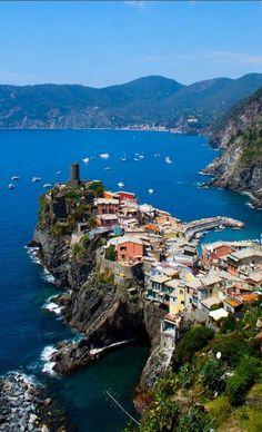 A vila de Vernazza,  a 'pequena Veneza de Cinque Terre', província de Spezia, na costa da Ligúria, Itália.  Vernazza está na região de encosta conhecida como Cinque Terre, famosa pelas suas construções simples e coloridas à beira mar.