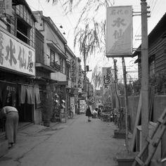 思い出横丁 線路通り 昭和20年代(1945~54) 新宿駅西口、右に線路がある。左が思い出横丁。