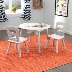 Compra aquí un conjunto de mesa redonda para niños con dos sillas fabricado en madera de la marca KidKraft. Ideal para decorar habitaciones…