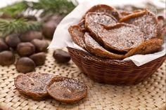 FRITTELLE DI CASTAGNE Ingredienti: farina di castagne, un pizzico di sale, cacao, latte q.b., olio per friggere, zucchero meglio a velo o vanigliato. Mettere in una terrina la farina di castagne, il sale, non molto cacao zuccherato in polvere (la quantità dipende dalla golosità) e aggiungere latte mescolando finchè il composto non risulti abbastanza morbido. Quando è ben caldo versare nella padella farne delle frittelle e cospargere di zucchero.